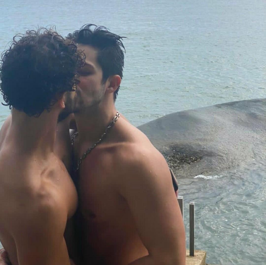 O ator Igor Cosso, 30 anos, perdeu seguidores após compartilhar uma foto beijando o namorado em seu Instagram pessoal