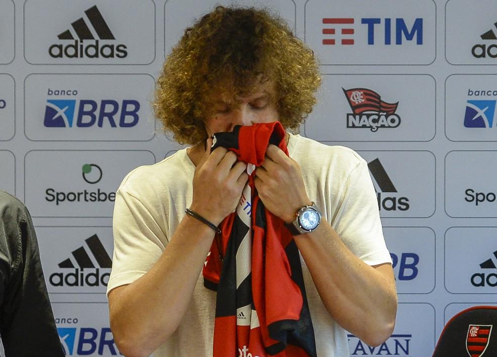David Luiz beija a camisa do Flamengo em apresentação — Foto: Marcelo Cortes / CRF
