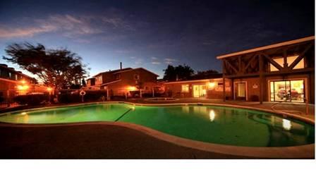 Com uma ampla entrada, o condomínio é formado por casas bastante parecidas.