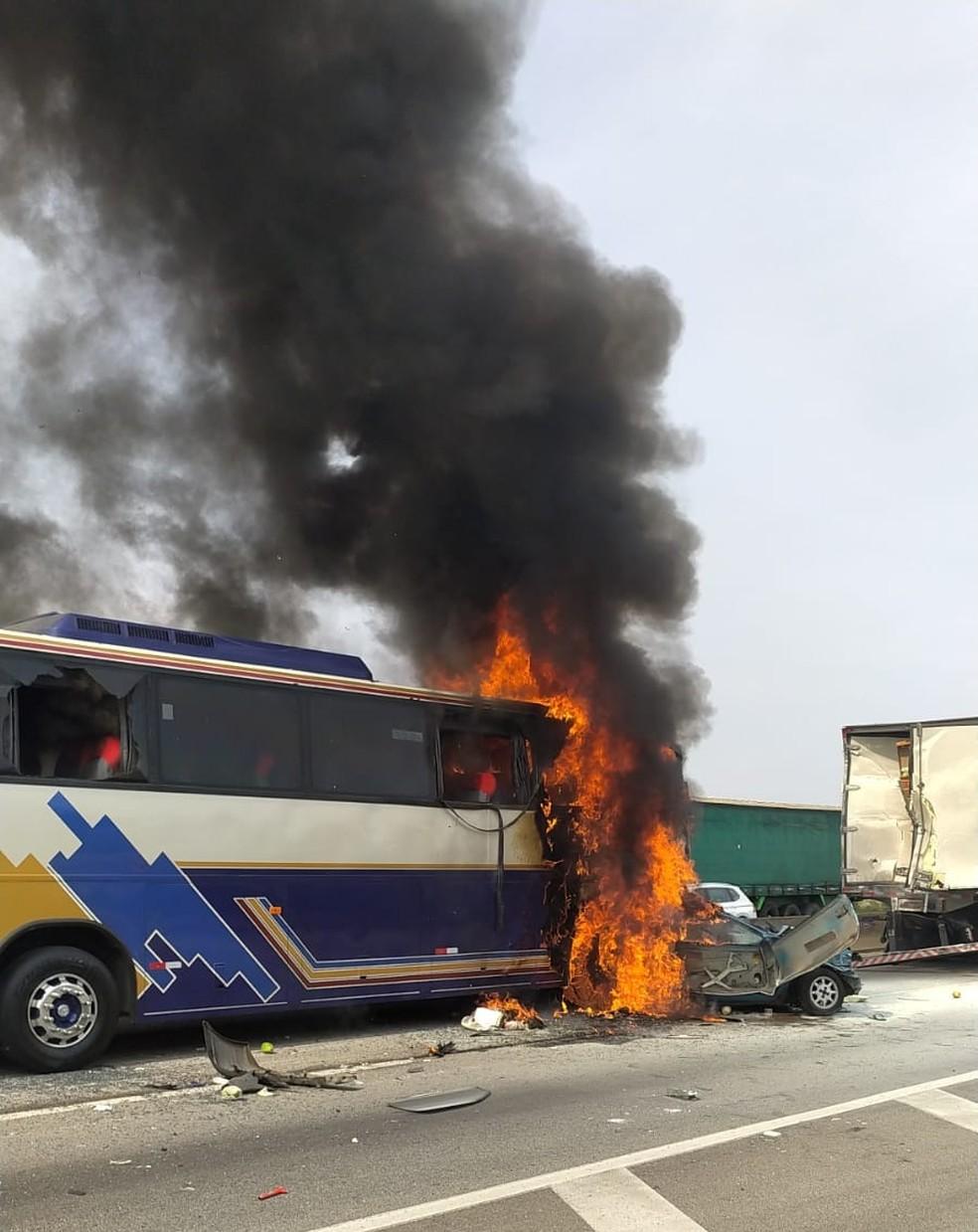 Acidente entre ônibus, caminhão e carros deixa 6 mortos e 7 feridos em SP - Imagem 1