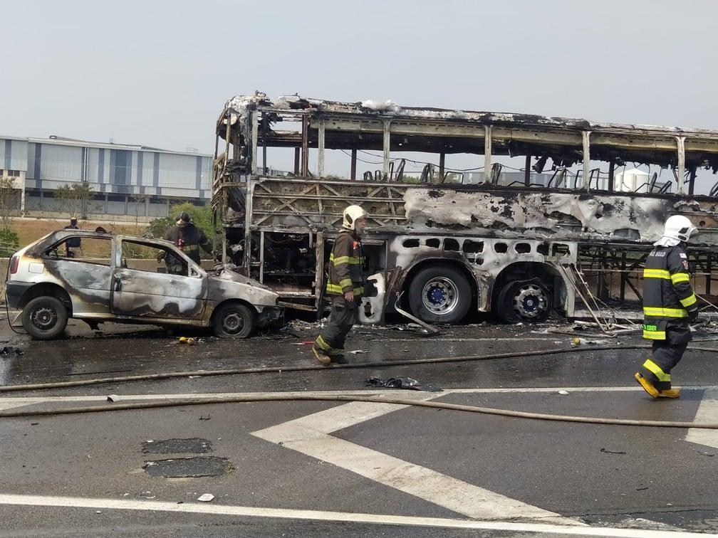 Acidente entre ônibus, caminhão e carros deixa seis mortos e sete feridos na Dutra em São José dos Campos — Foto: Carlos Mike/Arquivo Pessoal