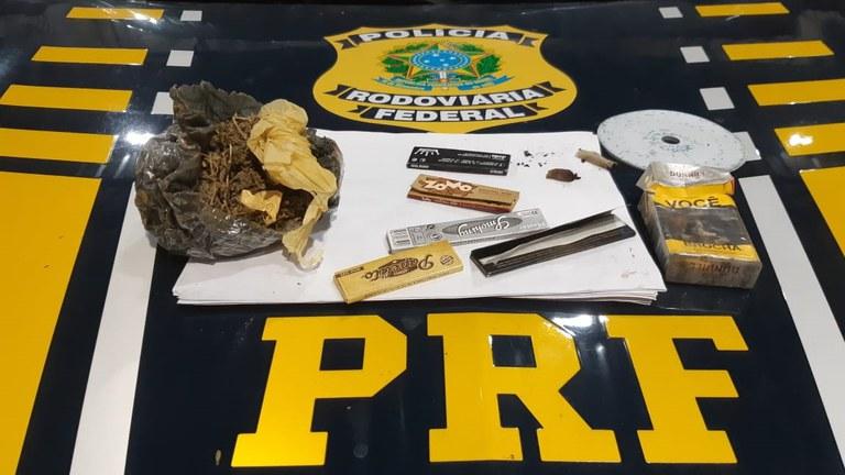 O condutor alegou que a substância encontrada era maconha para consumo próprio e que havia comprado a droga de um indígena - Foto: Divulgação/PRF