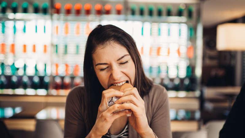 Compulsão alimentar deve ser combatida com acompanhamento médico. (Foto: Shutterstock)