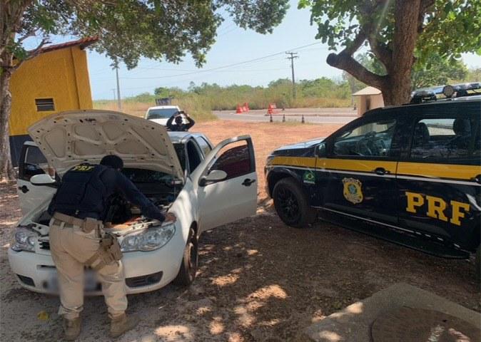 Durante fiscalização de rotina, os policiais abordaram o veículo Fiat/Palio - Foto: DivulgaçãO/PRF