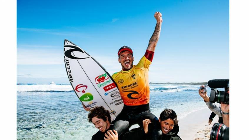 Gabriel Medina comemora mais uma conquista na carreira. (Foto: Matt Dunbar - World Surf League)