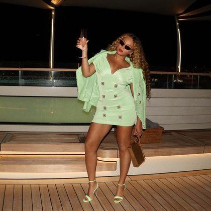 Beyoncé faz pose com um drink para brindar o momento diva. (Foto: Reprodução - Instagram)