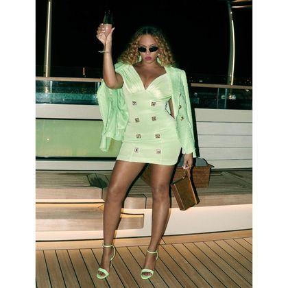 Um brinde a vida e o luxo da diva Beyoncé. (Reprodução - Instagram)