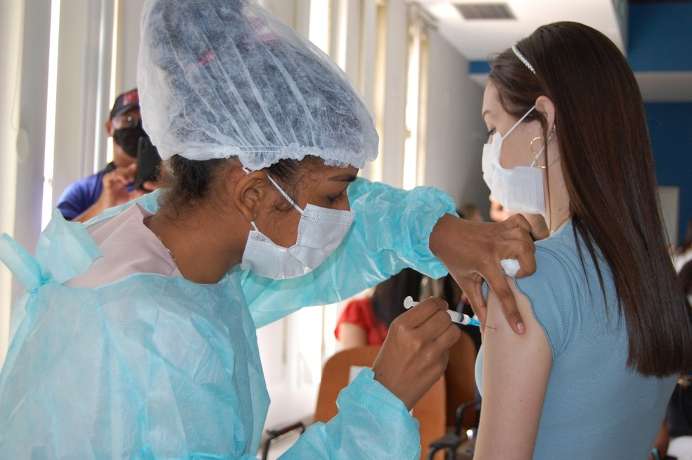 Jovem sendo vacinada contra Covid-19  Foto: Reprodução
