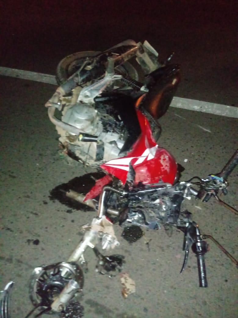 Motocicleta da vítima ficou totalmente destruída - Foto: Reprodução