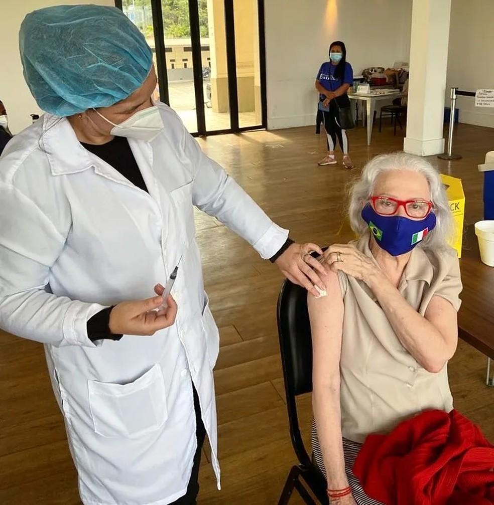 Atriz compareceu ao posto para receber uma dose de reforço da vacina. (Foto: Reprodução-Redes sociais)