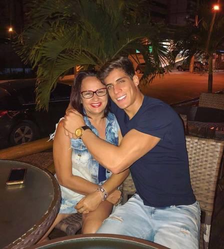 Tiago Ramos com a mãe, Ana Maria. (Foto: Reprodução)
