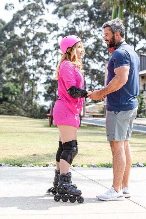 Joelma anda de patins e segura as mãos de Ewerton. (Foto: Reprodução)