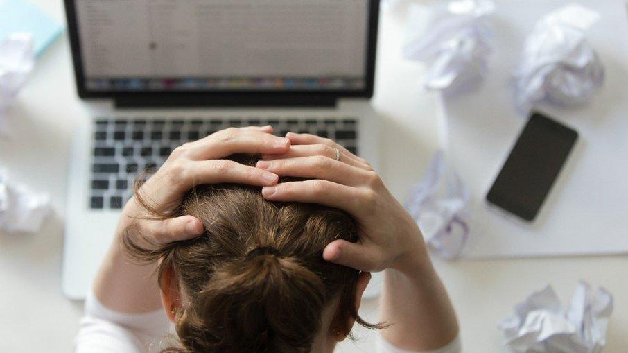 Vários fatores psicológicos podem desencadear a queda de cabelo. (Foto: FreePik)