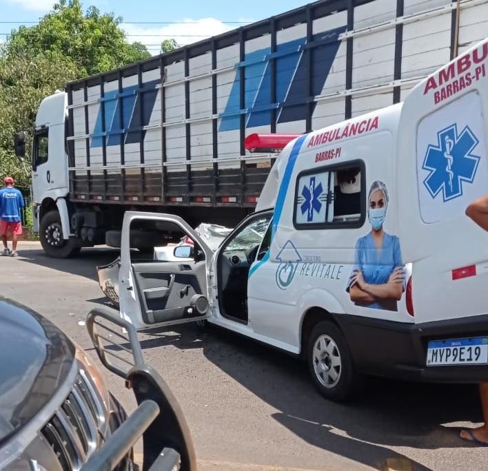 Três pessoas que estavam na ambulância ficaram feridas - Foto: Longha