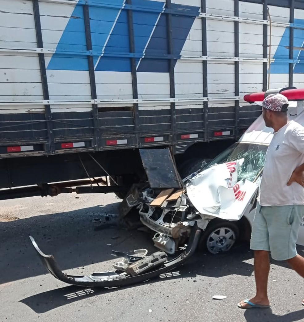 Parte frontal do veículo ficou destruída - Foto: Divulgação/PM