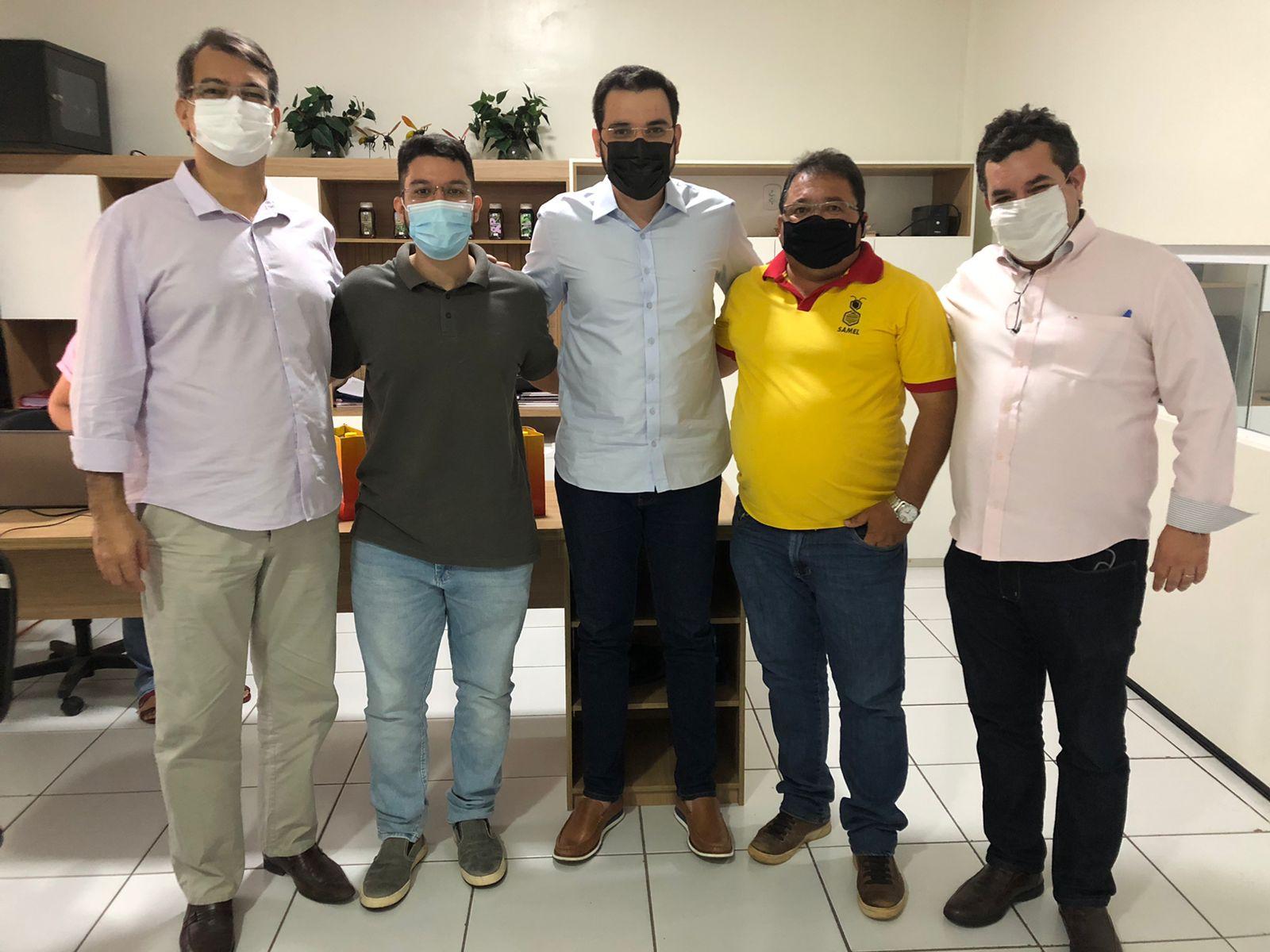 Produtores de mel com secretário de Desenvolvimento Econômico, Igor Néri (Divulgação)