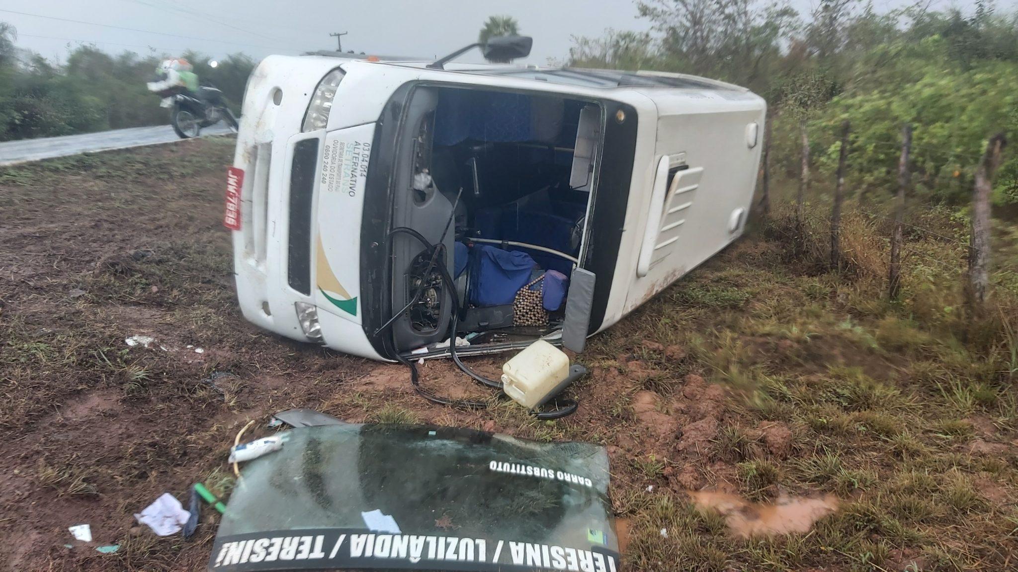 No micro-ônibus haviam cerca de cinco pessoas; ocupantes foram para o hospital - Foto: Revista Opinião