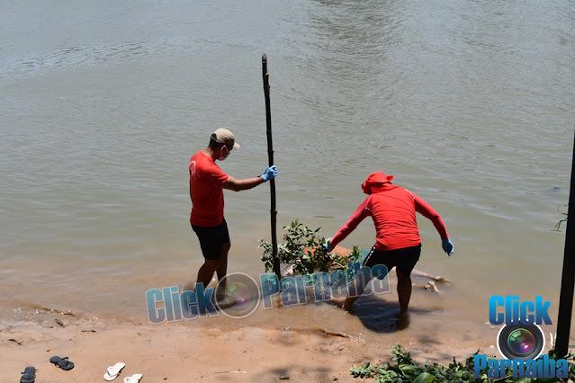 Corpo é encontrado por pescadores nas margens de rio em Parnaíba (Foto: Click Parnaíba)
