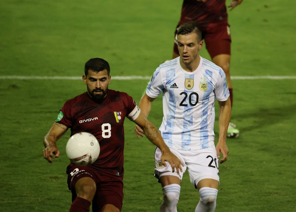 Giovani Lo Celso, da Argentina, disputa bola com jogador da Venezuela nas Eliminatórias - Foto: Miguel Gutierrez/Reuters