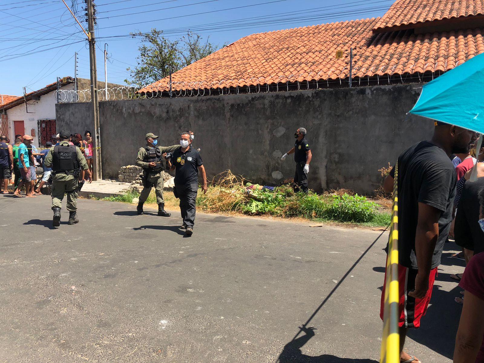 Corpo foi encontrado na calçada de casa em Teresina - Foto: Matheus Oliveira/ Portal MN