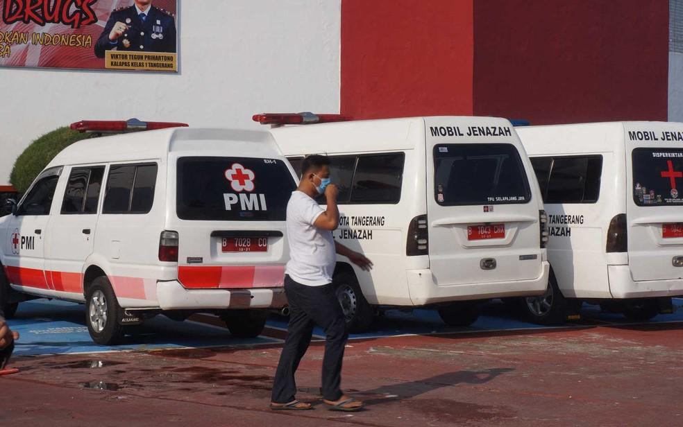 Ambulâncias e carros fúnebres para transportar mortos e feridos da prisão em Tangerang, depois que um incêndio matou 41 presos — Foto: Fajrin Raharjo / AFP Photo