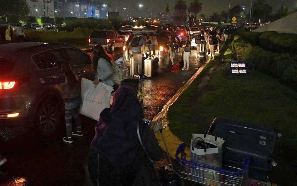 Passageiros do lado de fora do Aeroporto Internacional Benito Juarez, na Cidade do México, após o terremoto — Foto: Alfredo Estrella/AFP