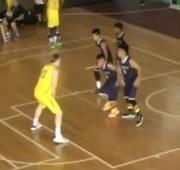 Jogador de basquete passa por baixo das pernas de rival.