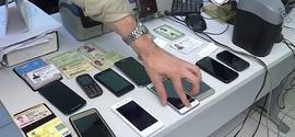 Assaltantes em fuga deixam mochila cair com celulares e documentos roubados