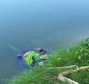 Homem desliza após tentar pegar frutas e morre afogado