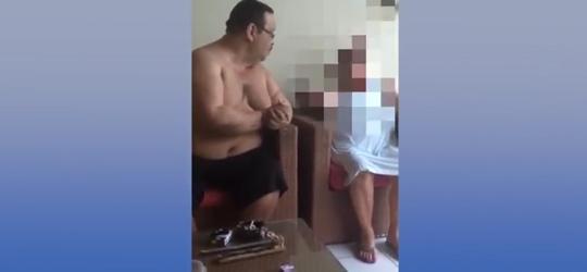 Homem agride a própria mãe de 84 anos e vídeo revolta internautas