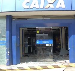 Quadrilha explode agência da Caixa e troca tiros com a Polícia Militar