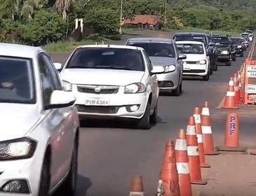 Na volta do feriado motoristas enfrentam trânsito lento na rodovias federais