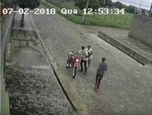 Dois criminosos são flagrados roubando motocicleta
