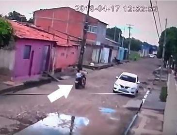 Junto com o filho, mulher é derrubada de moto durante assalto