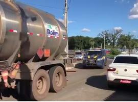 Escoltados pela PRF, caminhões chegam ao Aeroporto de Teresina