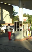 Dupla usa terno, realiza assalto a posto de combustível e deixa funcionários trancados