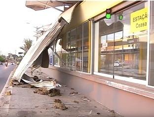 Caminhão desgovernado colide em estação de transporte público na Zona Sul