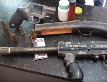 Dupla é presa com duas motocicletas roubadas, arma de fogo e munições