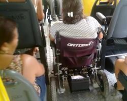 Cadeirantes denunciam falta de adequação de ônibus na capital