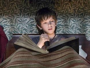 Faz mal ler com pouca luz? É verdade ou mito?