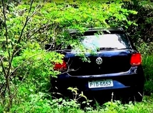 MA: Polícia encontra veículo roubado dentro de matagal em Timon