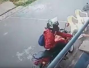 Mulher é assaltada na porta de comercio enquanto amamenta filho em THE