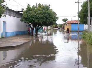 Famílias continuam ilhadas 6 horas depois de temporal em Teresina