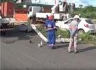 Motorista perde controle de veículo e colide em poste