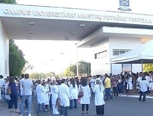 Estudantes da UFPI fazem manifestação contra cortes na educação
