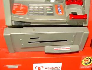 Dupla com farda da PM arromba caixa eletrônico em posto no Dirceu