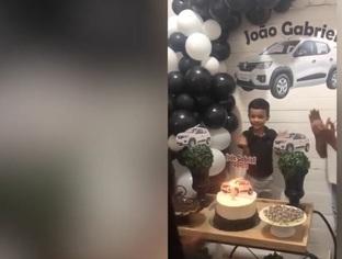 Garoto faz aniversário com tema RENAULT KWID e ganha surpresa