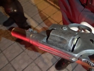 Jovem é abordado pela polícia e entrega ser dono de arma de fogo