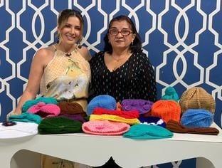 Voluntária confecciona toucas de lã para crianças com câncer