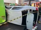 Motorista fica presa nas ferragens após colisão entre ônibus e carro